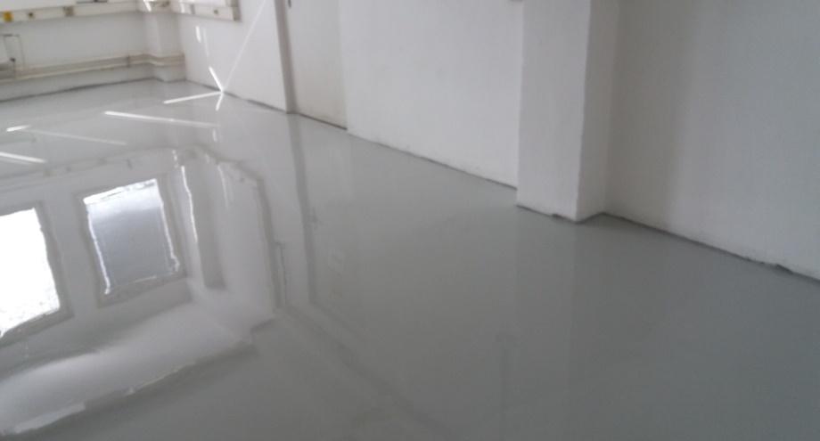 Aplikace lité podlahy je vhodná do průmyslových prostor a hal. Podle zátěže a zamýšleného použití je možné vybrat správný materiál (protiskluzový, strukturovaný nebo hladký).